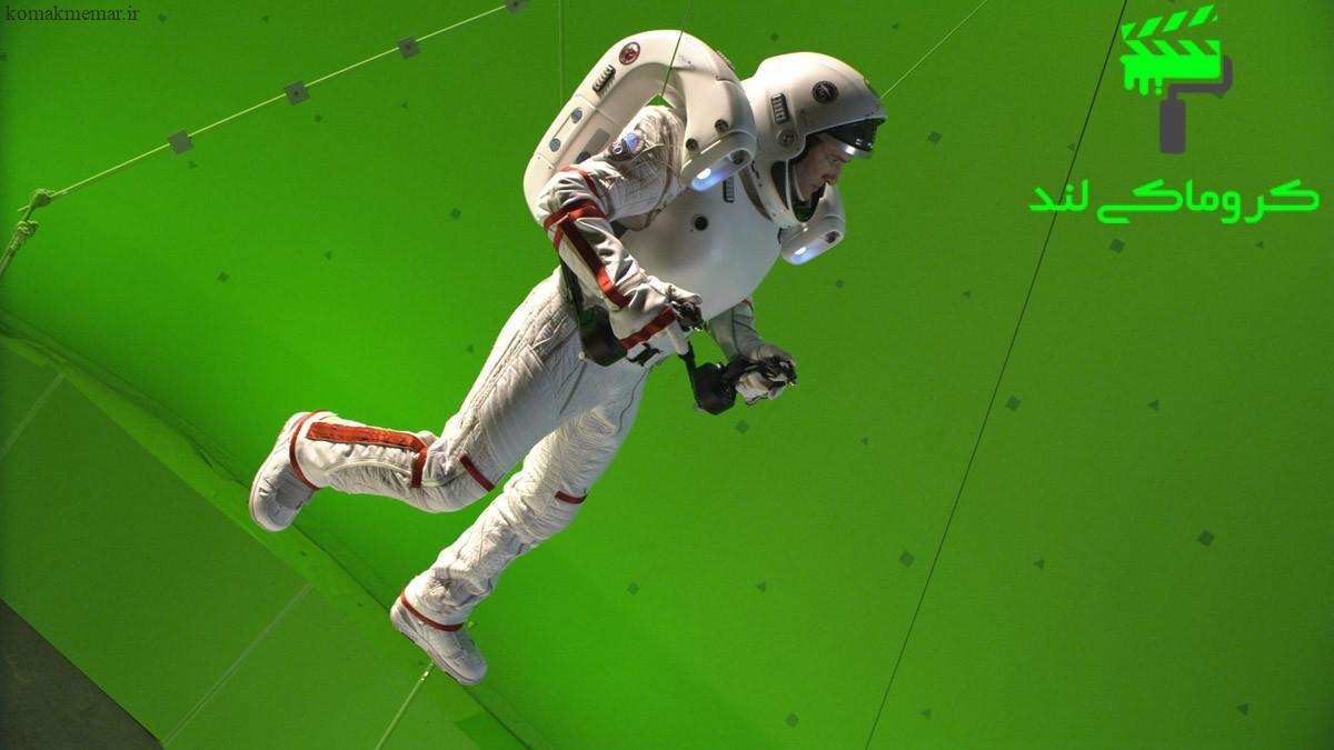 در فیلم سینمایی جاذبه بازیگر در لباس فضانوردی در استودیو کروماکی معلق است.